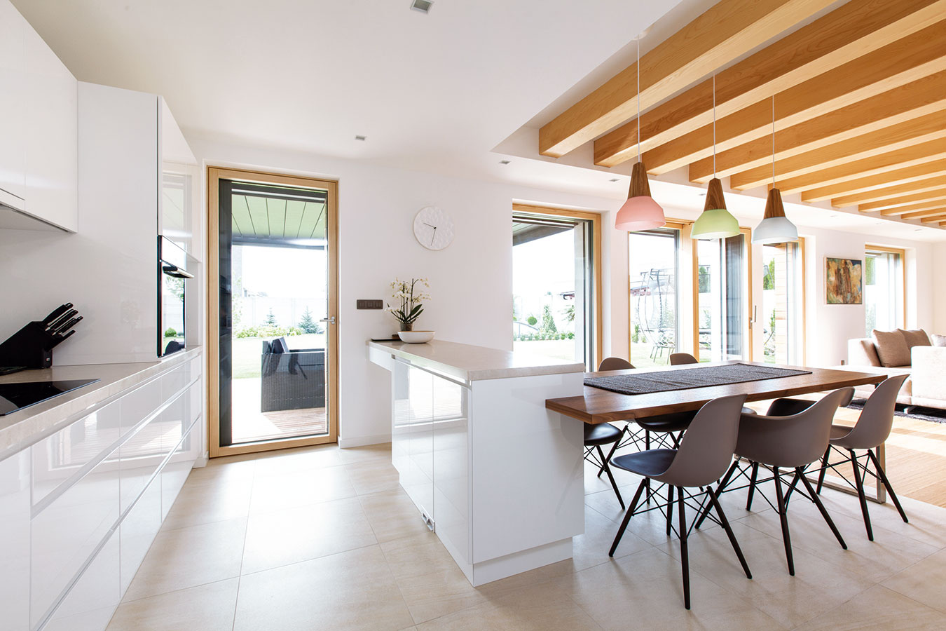 Jemné kontrasty. Chladný, elegantný kameň adomácky pôsobiace drevo; čisté minimalistické línie nábytku zjemnené doplnkami, svietidlami atextíliami... Vďaka citlivo komponovaným kontrastom vznikol príjemný, pokojne pôsobiaci interiér, ktorý však rozhodne nenudí.