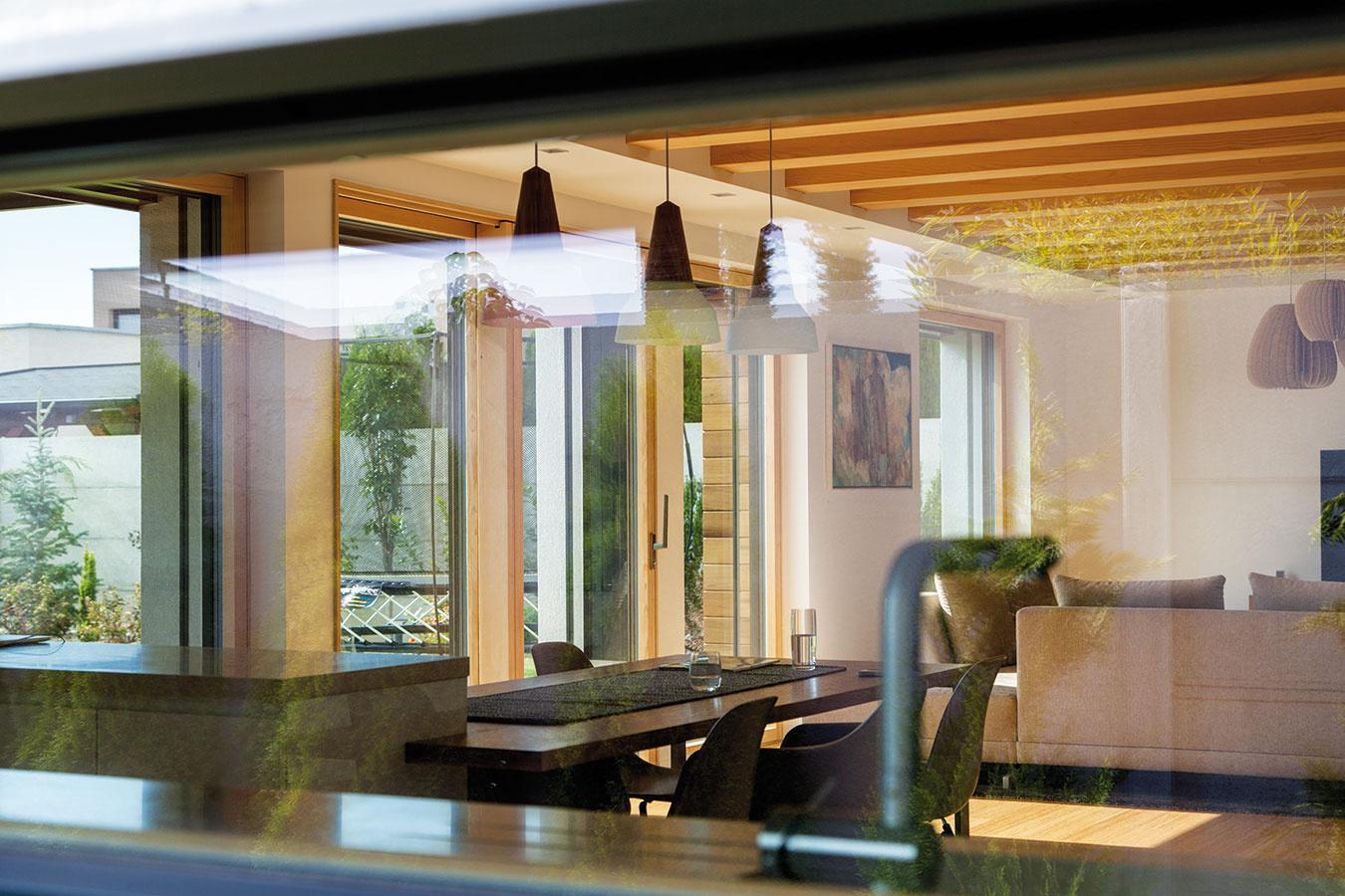 Pásové okno medzi pracovnou plochou kuchynskej linky ahornými skrinkami je ďalším zvydarených trendových prvkov súčasných rodinných domov.