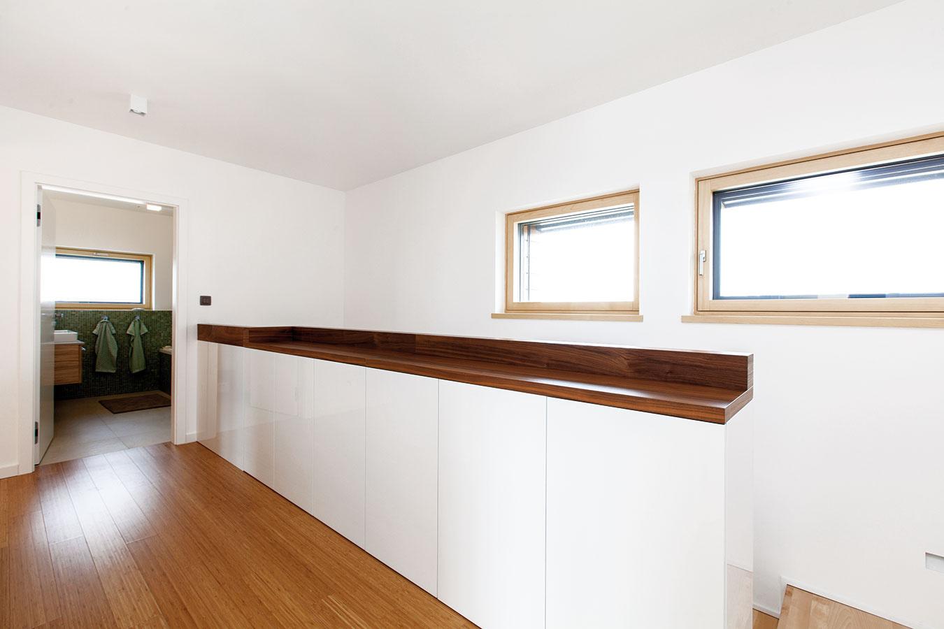 Dostatok odkladacích priestorov je základným predpokladom poriadku vdome. Pri spálňach na poschodí preto nechýbajú šatníky, zábradlie schodiska zas manželia šikovne využili na umiestnenie nízkych skriniek.