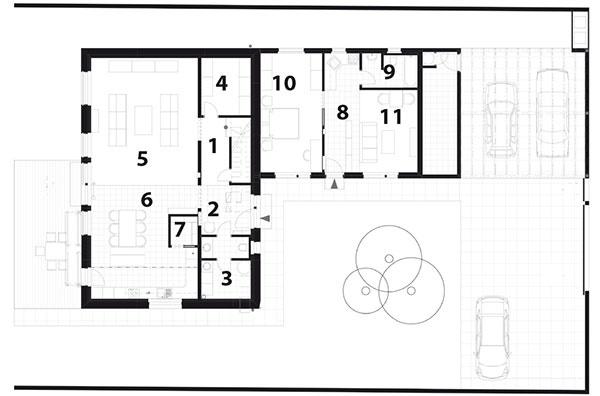 Pôdorys prízemia 1 predsieň aschodisko 2 WC 3 technická miestnosť 4 šatník 5 obývačka 6 kuchyňa ajedáleň 7 komora  Prístavba: 8 chodba, obývačka akuchyňa 9 kúpeľňa aWC 10 spálňa 11 sklad