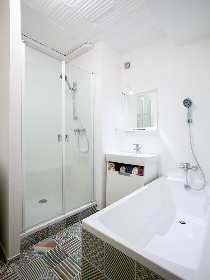 Väčšia kúpeľňa bola jednou zmála majiteľových požiadaviek. Keďže jej architekti venovali aj priestor chodby, je vnej umiestnená ipráčka, sprchový kút avaňa.