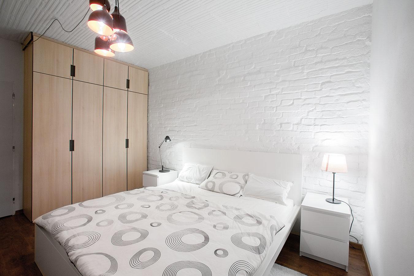 Nábytok na mieru vdrevenom dekore je odlíšený od typového. Ten je vprípade spálne jednoduchý, biely, vystihujúci pánsku ležérnu eleganciu.