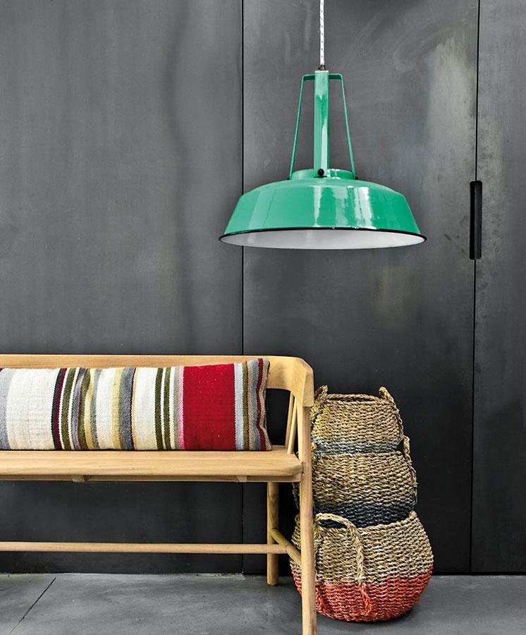 Okrem tradičných hrubých povrchov sú populárne aj žiarivé farebné úpravy, ktoré pôsobia súčasnejšie auhladenejšie. (Svietidlá od značky HK Living si možno objednať na www.nordicday.sk.)