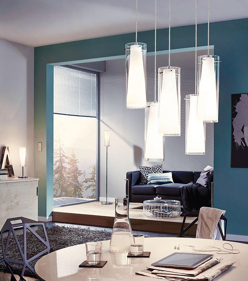 Svietidlo Pinto od spoločnosti EGLO je kombináciou chrómu, bieleho ačíreho  skla. Hodí sa skôr do modernejšie aklasicky zariadených priestorov. Nájsť ho možno vshowroome alebo na www.eglo.sk.