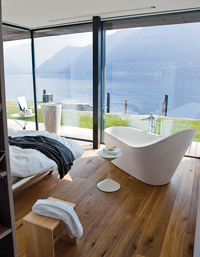 Prepojenie spálne akúpeľne nie je určite pre každého, svojich fanúšikov si však bezpochyby nájde. Riešenie praje veľkým priestorom, vktorých sa samostatne stojaca vaňa stane nosným prvkom.