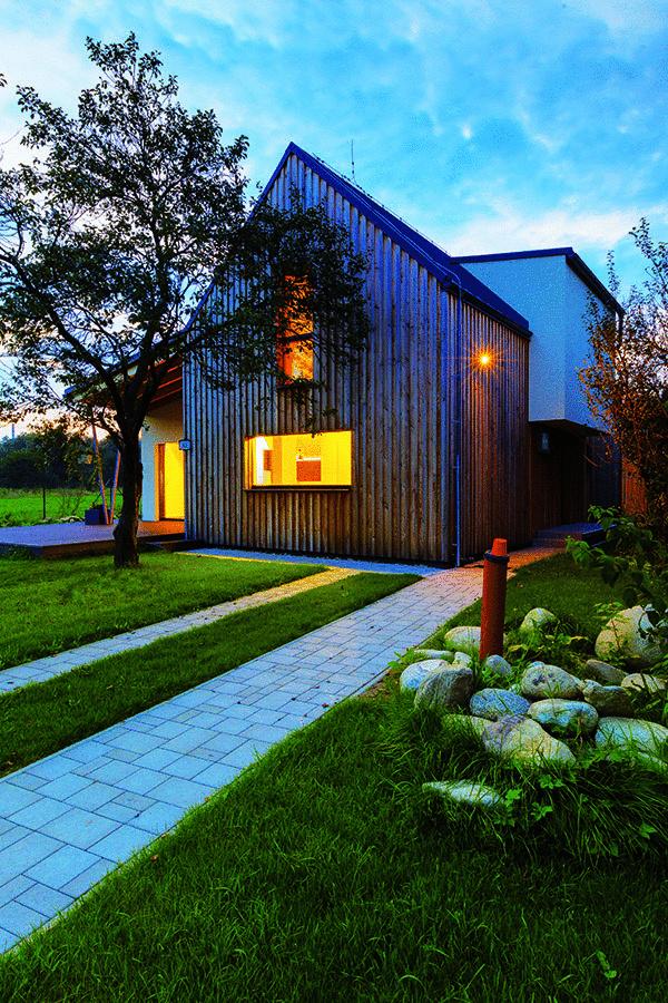 Drevostavba od renomovaného ateliéru Createrra, ktorý sa špecializuje na výstavbu energeticky mimoriadne úsporných domov, spotrebuje na vykurovanie len 15,2 kWh/m2 za rok, čím spĺňa požiadavky plánované normou až na rok 2021.