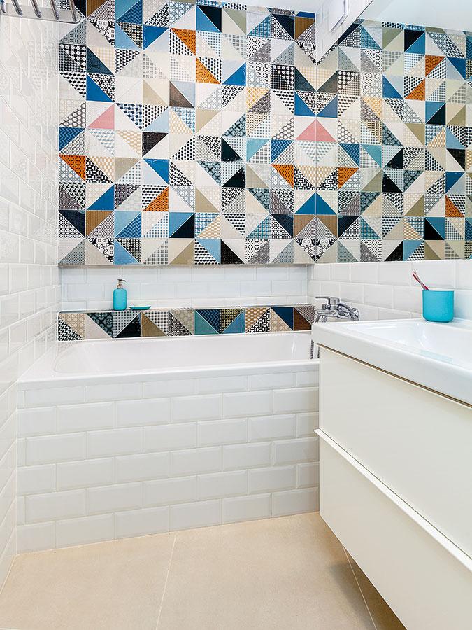 Nová kúpeľňa vyzerá väčšia aj vďaka šikovnému využitiu zrkadla akombinácie obkladov. Najmä vmalom priestore by mal byť základ jednoduchý asvetlý, soživením by ste mali narábať ako so vzácnym korením.