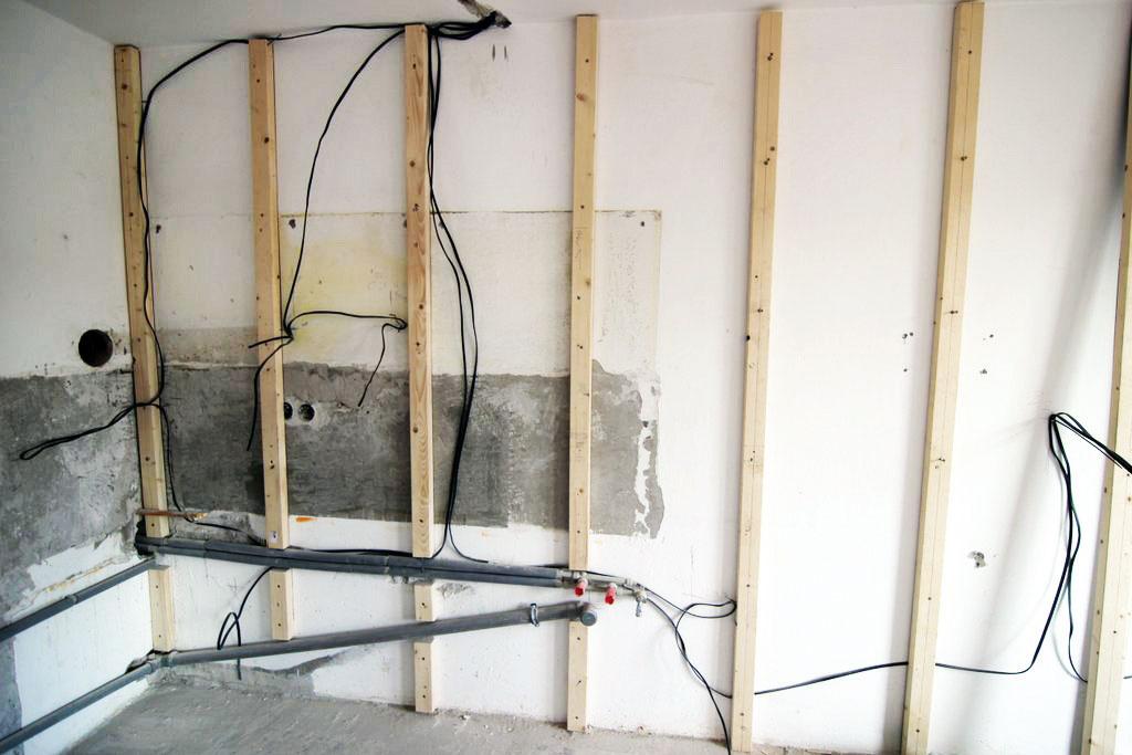 Piaty ašiesty deň sa spolu selektroinštaláciami realizovala aj konštrukcia predsadenej steny vkuchyni. Vkúpeľni sa tiež začala budovať predstena, ktorá sa využije aj na vytvorenie odkladacej niky pri vani.
