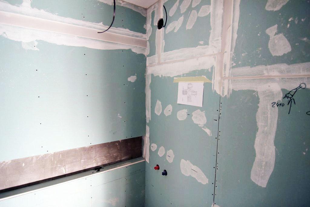 Šiesty deň sú už steny kúpeľne obalené sadrokartónom určeným do vlhkého prostredia amajstri sa pripravujú na obkladanie podľa pripraveného plánu. Predsadené konštrukcie vkuchyni sa balia do zvukovoizolačného sadrokartónu amiesta, ktoré môžu prísť do styku svodou, do sadrokartónu vhodného do vlhkého prostredia.