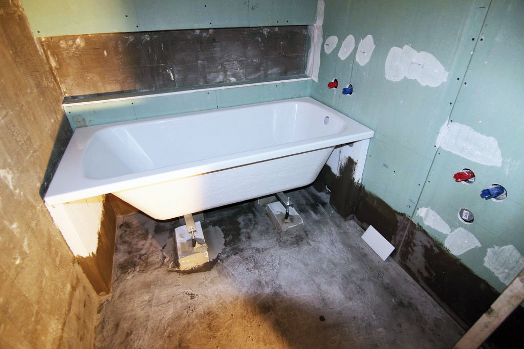 Siedmy aôsmy deň aplikovali majstri na podlahu aspodok stien kúpeľne hydroizoláciu aosadili vaňu na vopred pripravené tvárnice, ktoré zabezpečia lepšiu stabilitu. Deviaty deň pripevnil inštalatér na vaňu sifón amohlo sa dokončiť jej obmurovanie. Aby sa povrch vane počas stavebných prác nepoškodil, dôkladne ju zabalili do fólie.