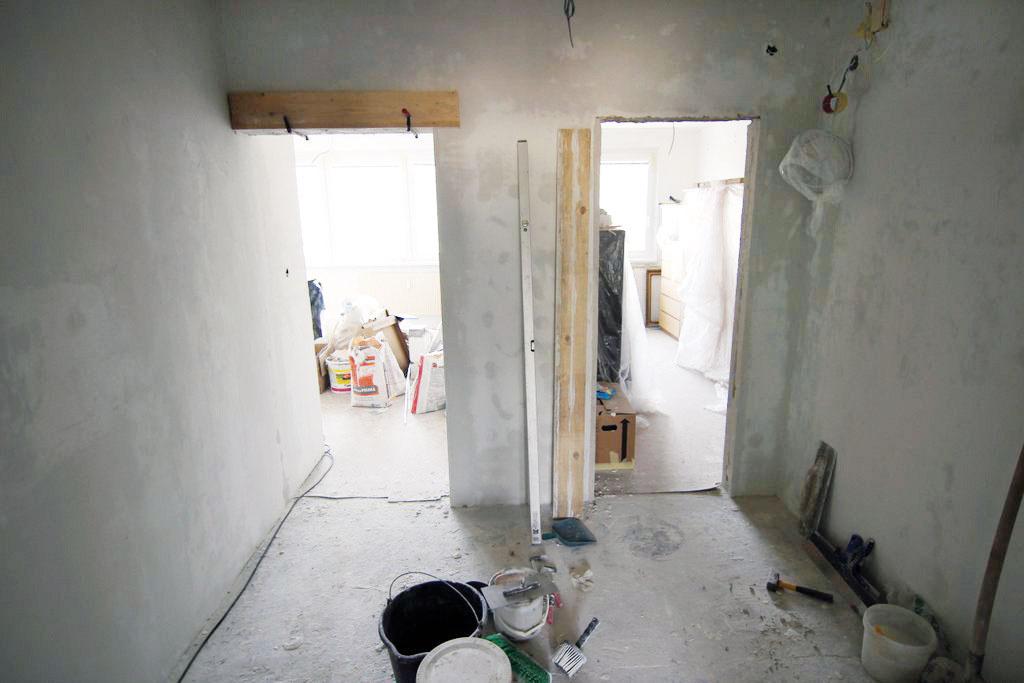 Deviaty deň pokračovali práce vkúpeľni, zároveň sa vyrovnávali nedokonalosti dverných otvorov adomurovali sa priečky podľa projektu. Najprašnejšia anajšpinavšia časť rekonštrukcie je tým ukončená. Desiaty deň sa začalo so stierkami.