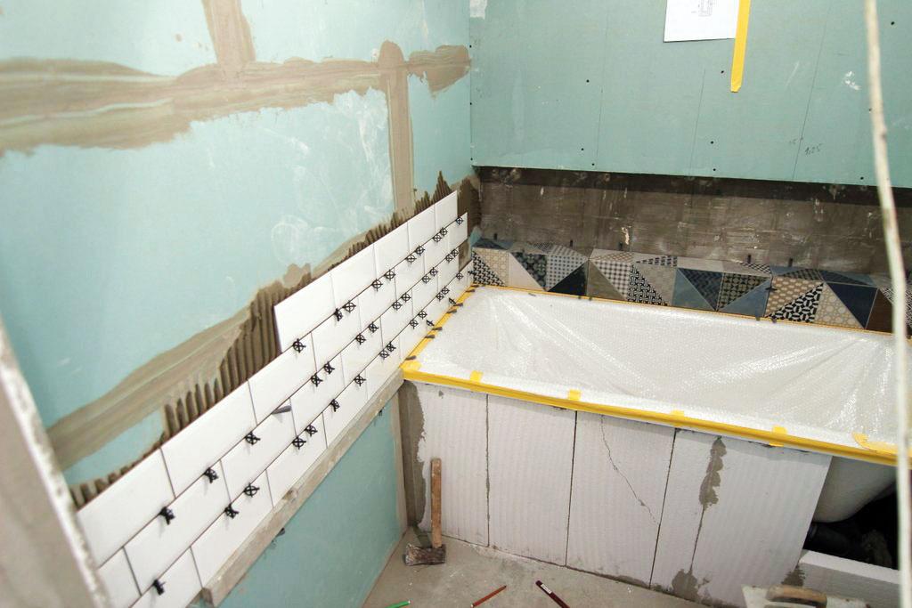 Detaily sú pri celkovom dojme dôležité. Obkladať sa napríklad začalo vúrovni vane, aby nebolo nutné práve okolo nej rezať obkladačky – tento detail je totiž priamo na očiach.