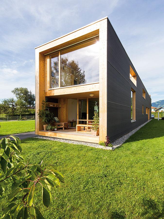 Dve strany jedného domu. Na jednom konci domov mladej rodiny, na druhom grafické štúdio – obom funkciám domu doprial architekt náležitý priestor ačo najkrajší výhľad.