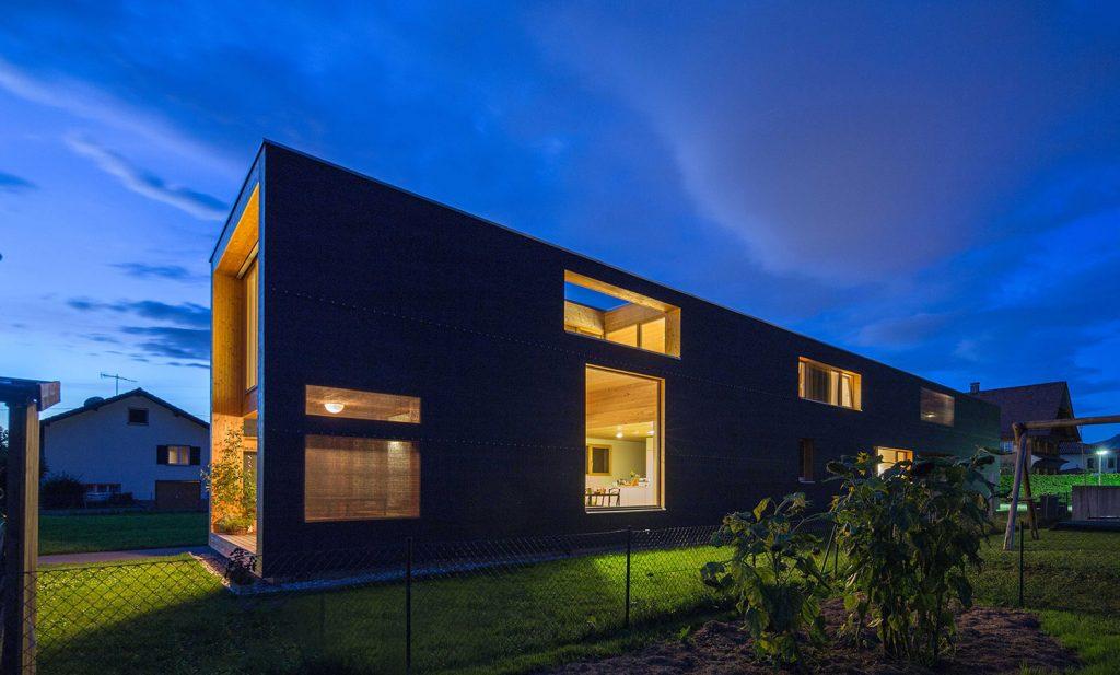V susednom Rakúsku si rodina postavila nezvyčajne úzky dom s dĺžkou až 37 metrov