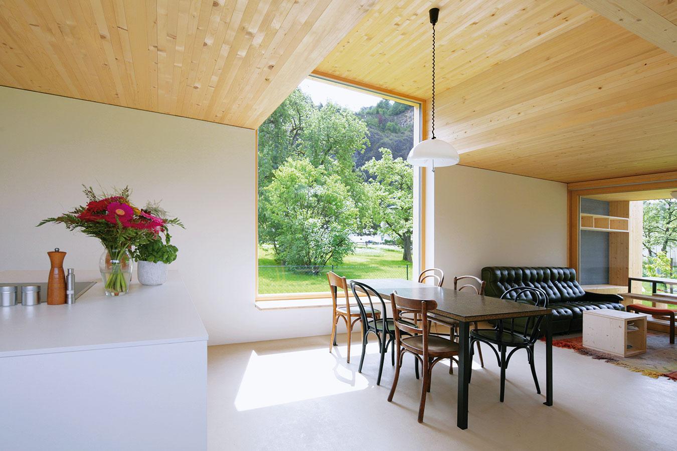 Srdcom prízemia je otvorený obytný priestor, kde na seba vpredĺženom pôdoryse logicky nadväzujú kuchyňa, jedáleň aobývačka. Interiér celého domu sa úprimne hlási kdrevenej konštrukcii – masívne drevené stropy sú priznané vo všetkých miestnostiach.