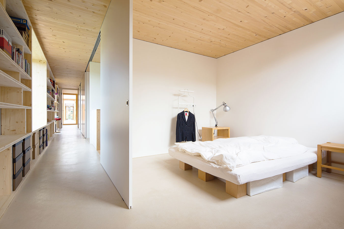 Estetické aj funkčné. Chodba nemusí byť len komunikačným koridorom. Vtomto dome využili vonkajšiu stenu chodby vcelej jej dĺžke na odkladanie, čím dosiahli efekt účelného dizajnu – praktické oživenie. Systém políc ztrojvrstvovej jedľovej biodosky je dielom majiteľov – dizajnérov.