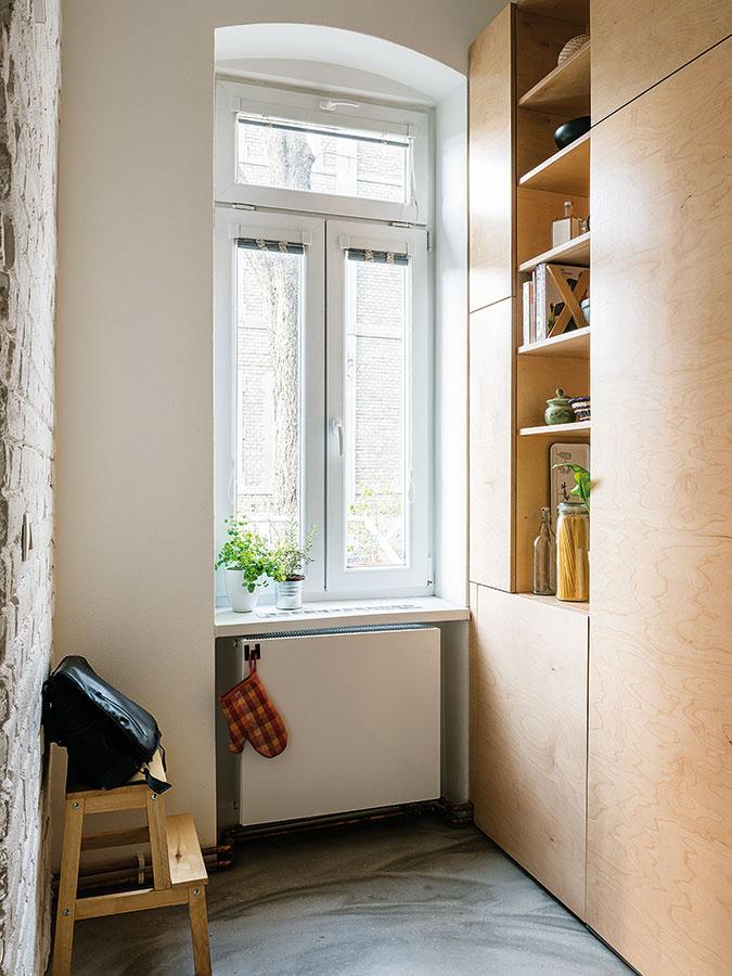 Na betón. Linoleum vkuchyni nahradila betónová podlaha, ktorá príjemne doplnila pravdovravnú kombináciu starých tehál apreglejky. Navyše je lacnejšia aautentickejšia než novodobé liate materiály.