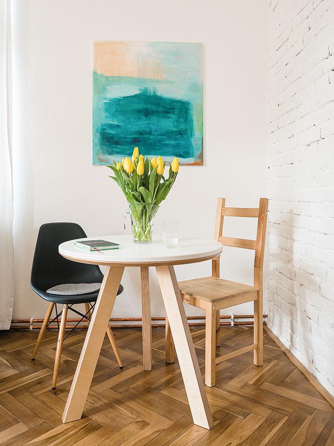 """Klasické dubové parkety vobývačke zachovali azrenovovali. """"Sú omnoho kvalitnejšie ahodnotnejšie ako dnes moderný laminát, ktorý sa tvári luxusne,"""" hovorí Michal."""