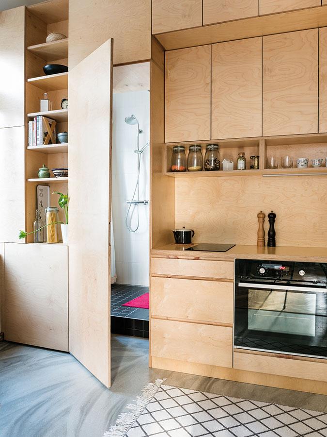 """Dominantou bytu sú dva vstavané nábytkové prvky – kuchynská linka spridanými funkciami a""""spálňa na poschodí"""", ktoré nechali Martina aMichal vyrobiť na mieru."""