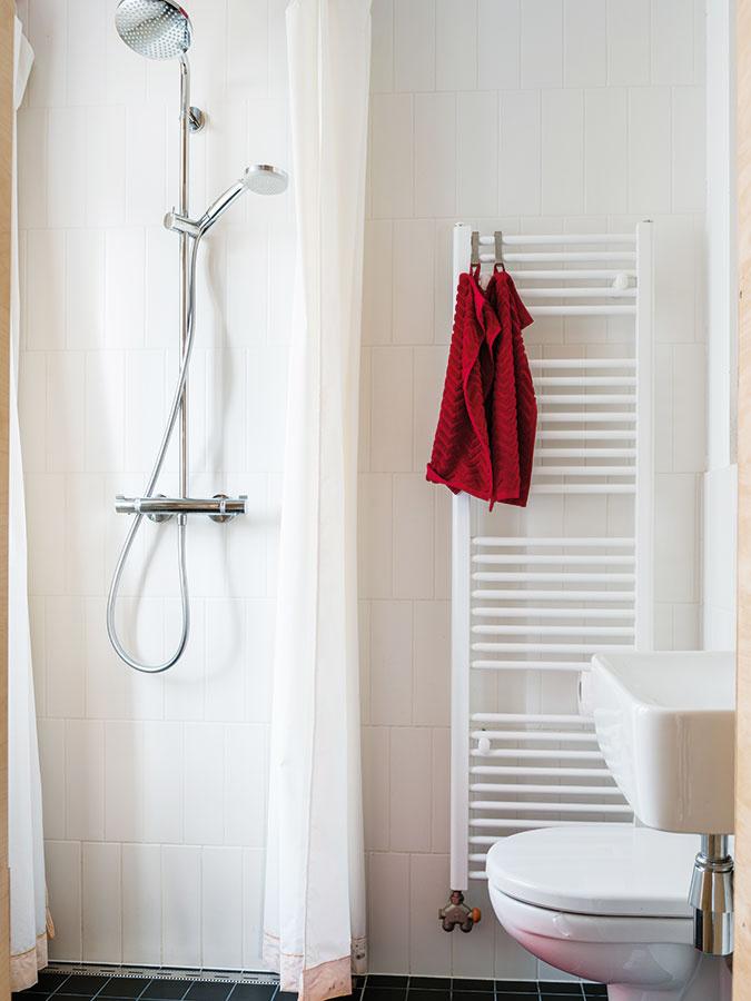 Dve tváre jednej kúpeľne. Pri sprchovaní je takmer celá miestnosť sprchovacím kútom – keď sa odhrnie záves, je zas kúpeľňou. Martine aMichalovi sa tak podarilo vmikrokúpeľni maximalizovať pocit priestrannosti vkaždej situácii.