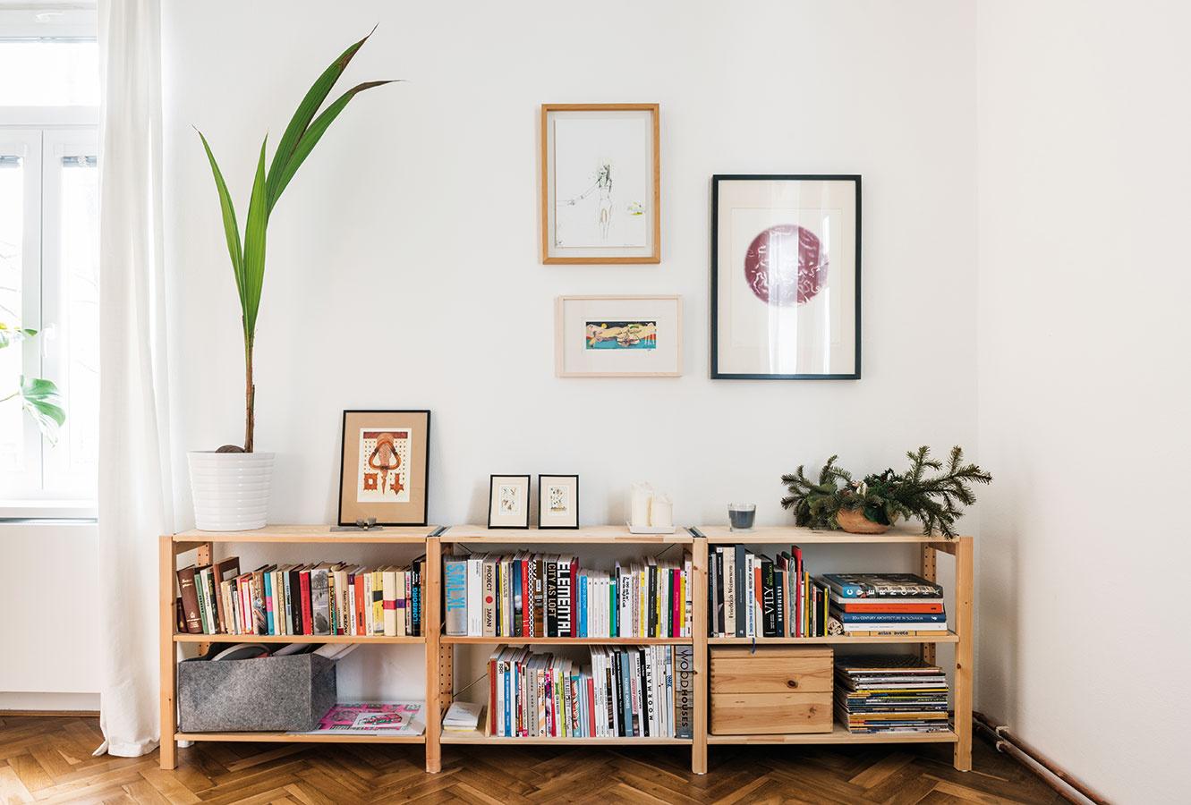 Jednoduchý afunkčný nábytok je presne to, čo malé byty potrebujú. Bežné skrinky zIkey prispôsobili tak, aby mali tie správne proporcie.