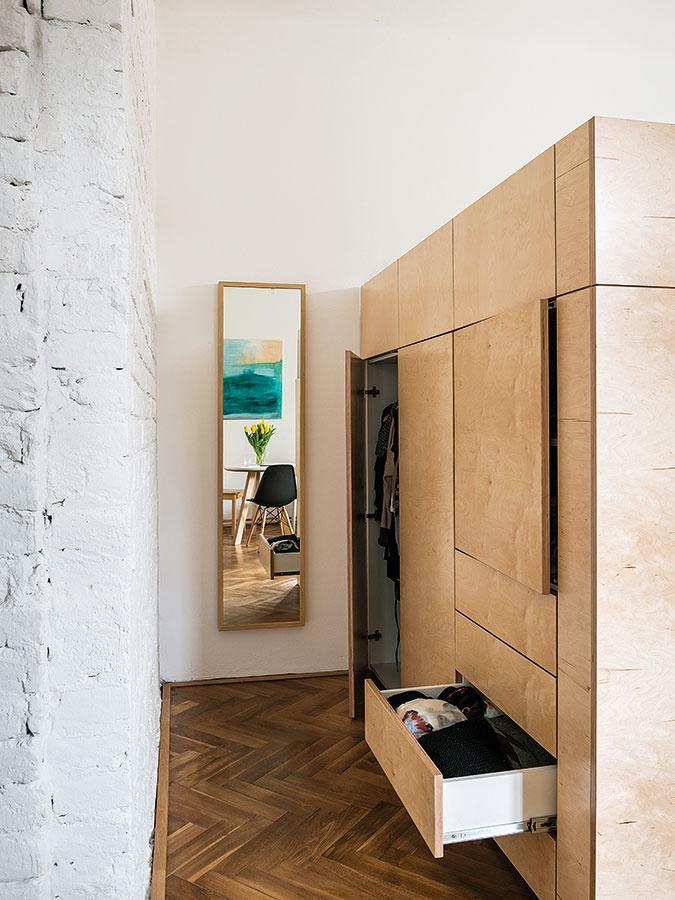 Zminima maximum. Malé byty si vyžadujú kreatívny prístup – Martina aMichal na 38 m2 svojho vlastného bývania dokázali, že im určite nechýba.