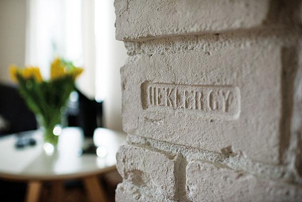 Čo vsrdci, to na povrchu. Ikeď má staré murivo svoje muchy, Martina aMichal priznali pravú tehlovú podstatu steny medzi kuchyňou aobývačkou.