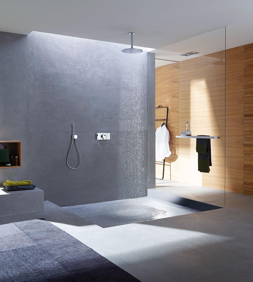 Krása skrytá v jednoduchosti. Minimalisticky poňatý termostat Axor One od značky Axor, ktorý spája všetky funkcie do jedného centrálne ovládacieho prvku, vnesie do kúpeľne eleganciu aj nevídaný priestorový pocit. Môžete ho skombinovať s ľubovoľnou sprchou z portfólia Axor.