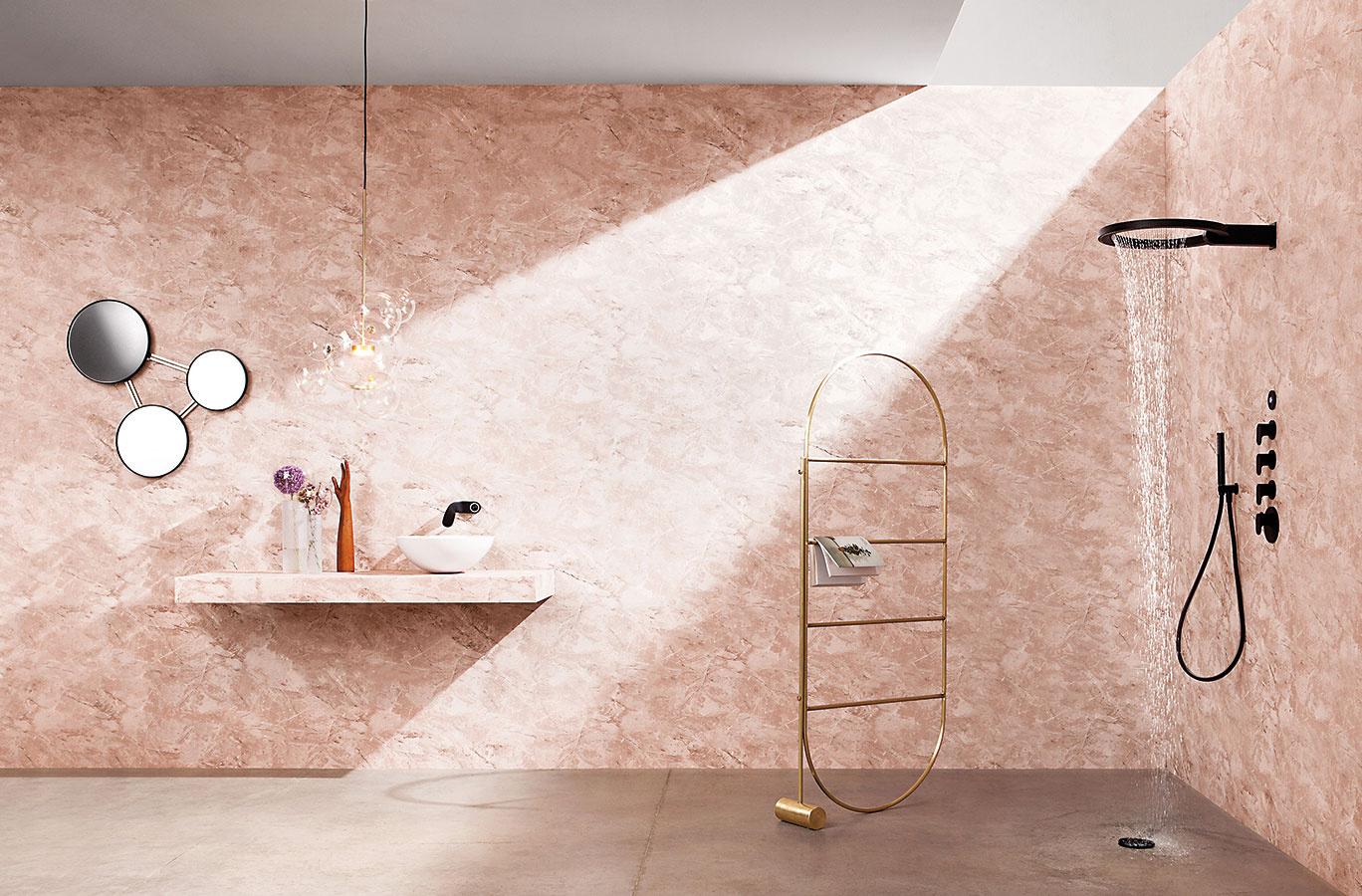 Sprchová obruč. Ojedinelý zážitok zo sprchovania prináša hlavica Ametis Ring, ktorú pre značku Graff navrhol Davide Oppizzi a ktorá získala viacero prestížnych ocenení. Na prvý pohľad jednoduchá, no rafinovaná oceľová obruč ponúka funkciu dažďa a vodopádu. Integrovaný LED systém umožňujúci výber zo šiestich farieb sa postará o navodenie správnej atmosféry.
