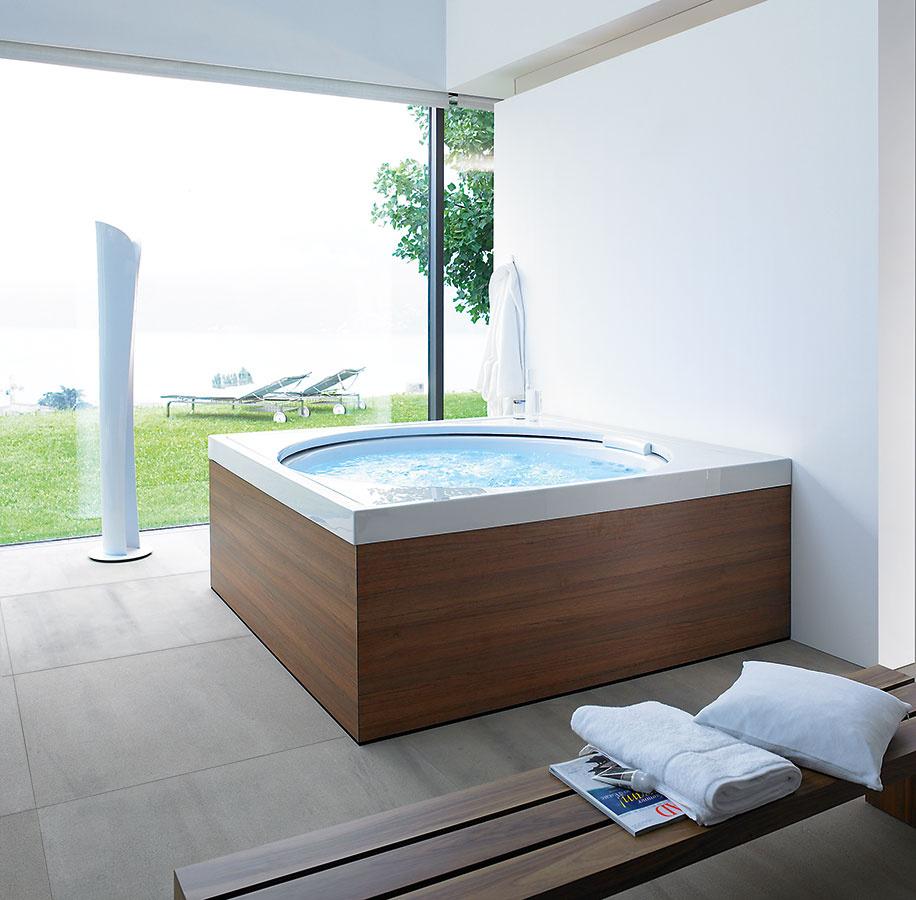 Ako v bazéne. Výnimočný pocit z kúpania si môžete dopriať vo vani Blue Moon od značky Duravit, ktorá skôr pripomína menší bazén. Pri väčšom modeli s rozmermi 180 × 180 cm, ktorý je vhodný aj do exteriéru, sa voda nevypúšťa (udržiava sa pomocou bazénovej chémie) a jednotlivé hydromasážne prvky i svetelné efekty možno ovládať vodotesným diaľkovým ovládaním. V ponuke nájdete aj model s rozmermi 140 × 140 cm s vlastnosťami štandardnej vírivej vane, ktorý nie je vhodný na vonkajšie použitie.