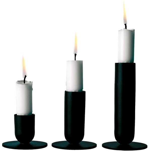 Stojany na sviečky Luster od značky MENU, dizajn Norm Architects, oceľ, výška 4,5 cm, 8 a 12 cm, priemer 6,5 cm, 55,92 €, www.designpropaganda.com