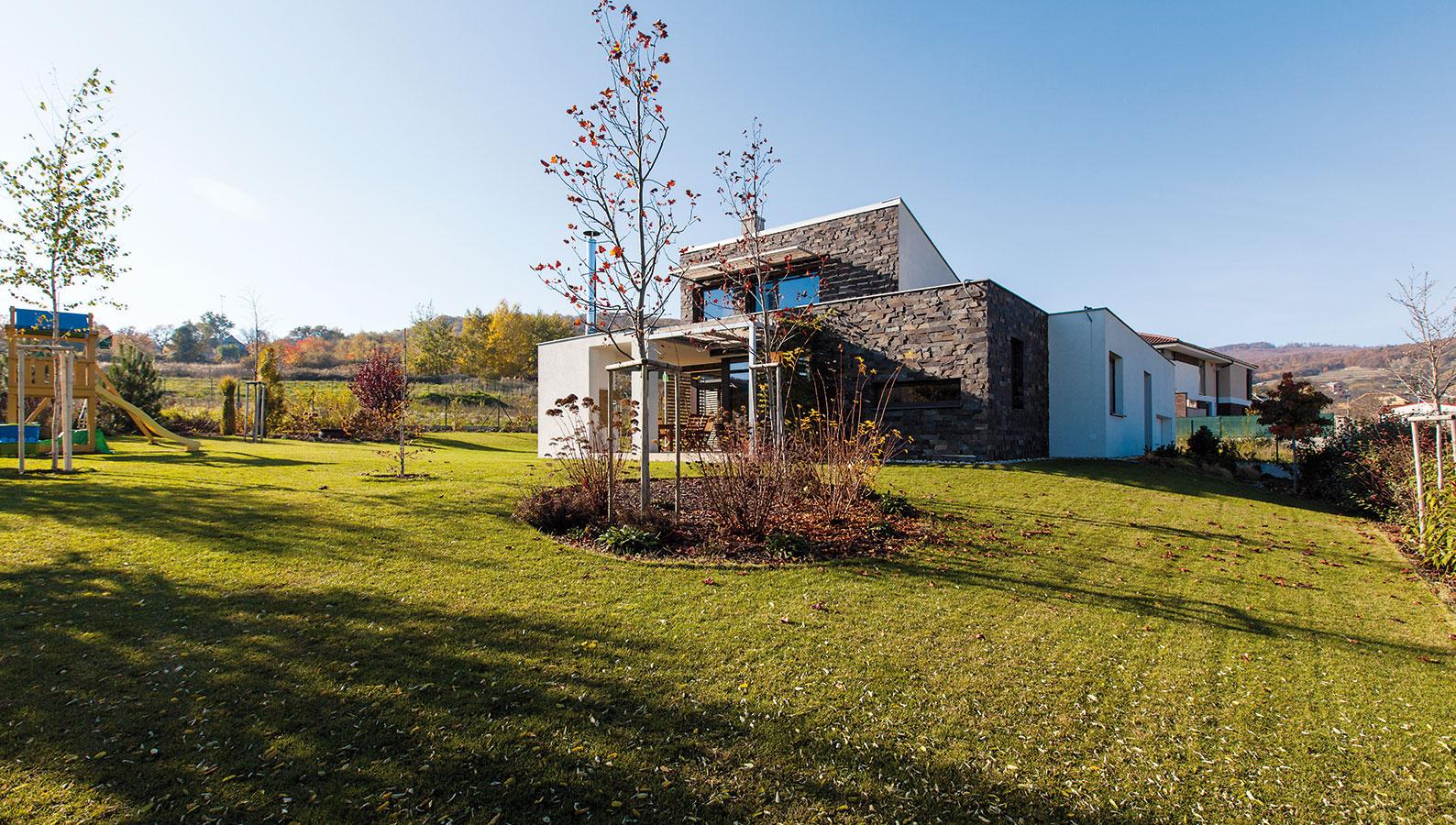 Vprospech záhrady. Architekt osadil dom na pozemku tak, aby zachoval čo najväčšiu slnečnú záhradu. Na severnej strane dodržal normou predpísaný minimálny odstup od susedného pozemku, na východe rešpektoval uličnú čiaru.