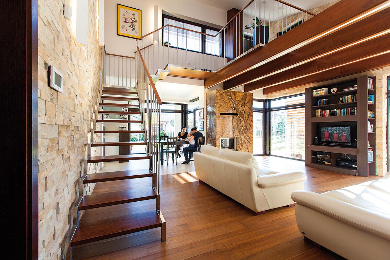"""Pocit zpriestoru vdennej časti zásadne ovplyvnila vyvýšená galéria, kde sa nachádza pracovňa. """"Obývačka tu má výšku až 5m, vďaka čomu získal priestor vzdušnosť,"""" vysvetľuje architekt Rusnák. Súkromie pracovne, ktorá neslúži zároveň ako hosťovská izba, oceňuje aj domáca pani."""