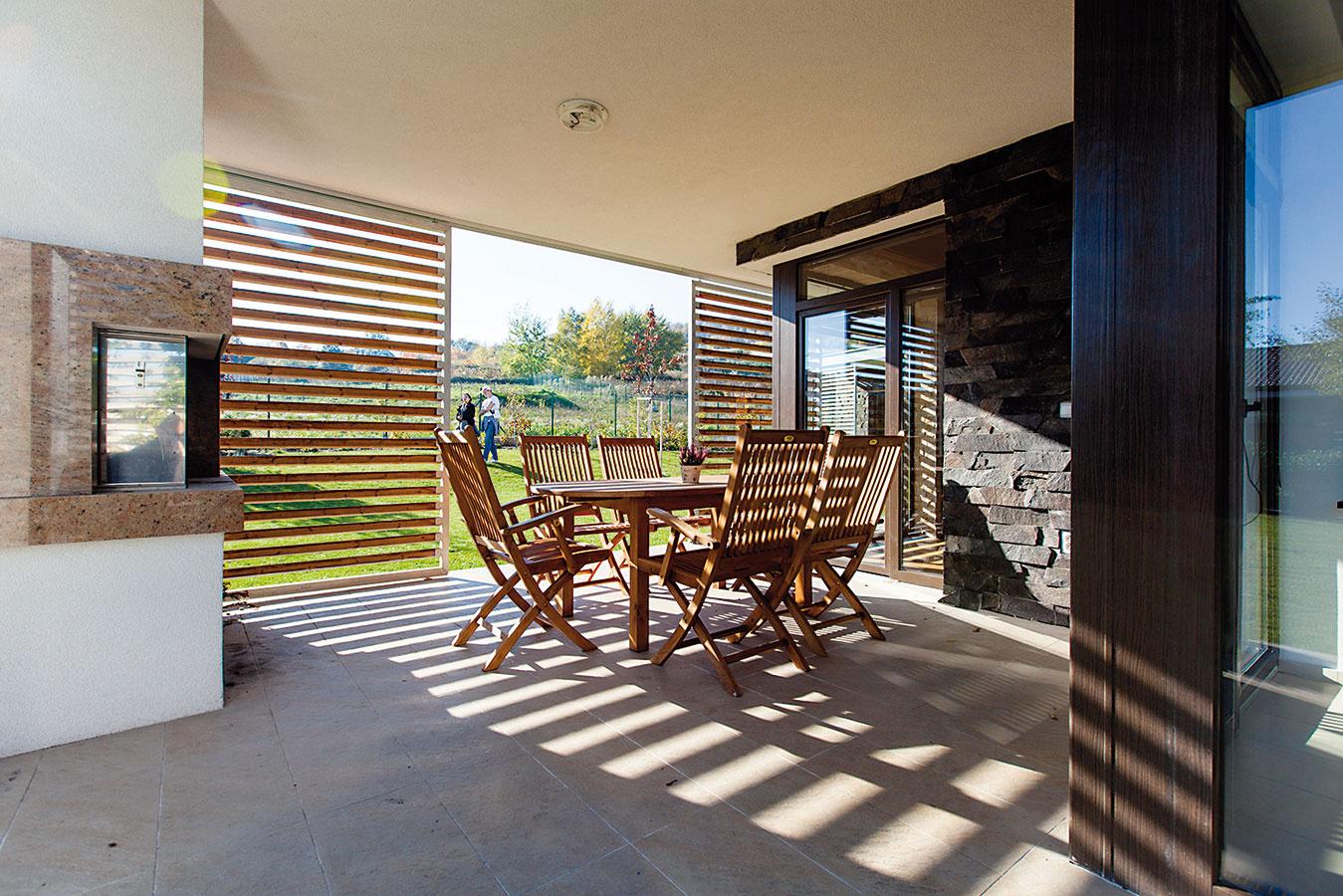 """Pol roka na terase. """"Veľa času trávime vonku – vzáhrade, aj na terase jedávame vždy, keď sa dá. Úžasný je pre nás tiež pohľad do ohňa, ktorý si môžeme užiť na terase aj vobývačke."""""""