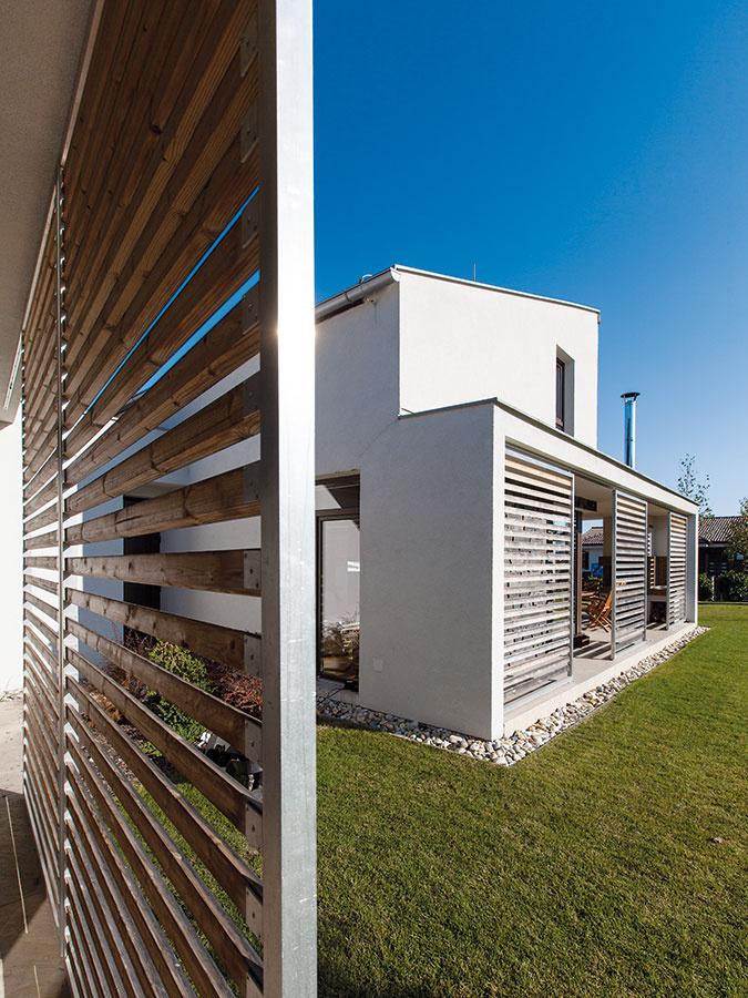 Prirodzene chránený. Slnečný dom chráni pred prehrievaním systém slnolamov akrytých terás, ktoré zároveň dotvárajú jeho vzhľad. Drevené lamely časom prirodzene sivejú, čo dom ešte viac približuje okolitej prírode.