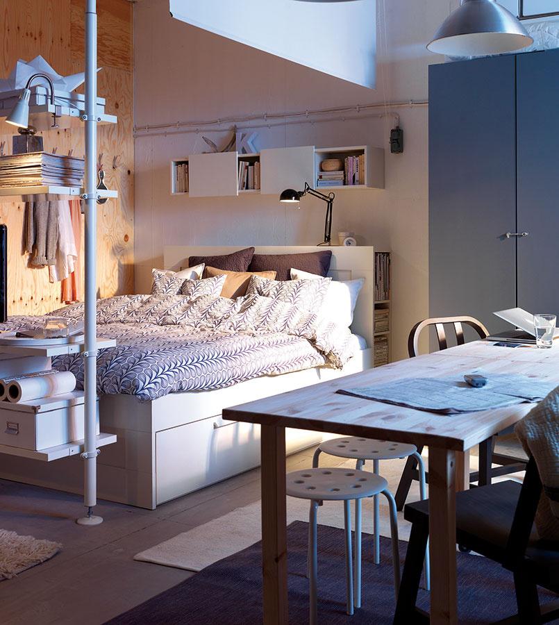 Spací kút. Ak bývate len dvaja, je zbytočné oddeľovať spálňu od obývacej izby. Praktickejšie je zvoliť si (alebo pomocou nábytku vytvoriť) výklenok, ktorý bude slúžiť posteli. Prípadne ju cez deň ukryť za záves či premietacie plátno.