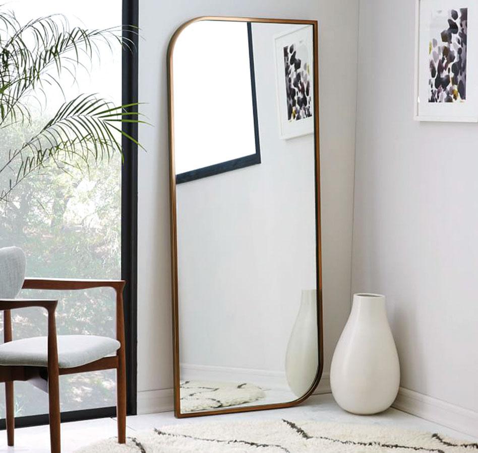 Klamte zrkadlami. Účinok veľkých zrkadlových plôch je vmalom priestore nenahraditeľný. Miestnosť neuveriteľne zväčšia apresvetlia.