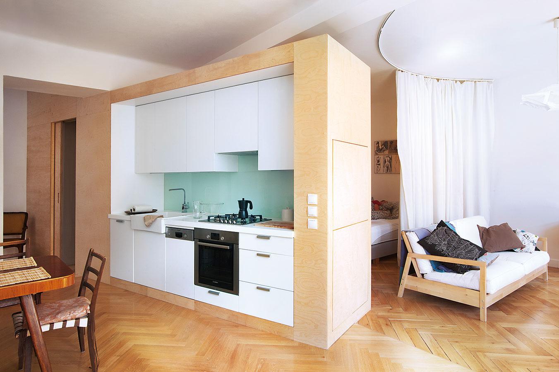 Funkčné priečky. Ak to priestor dovoľuje adanú miestnosť, napríklad kuchyňu, chcete výraznejšie oddeliť, je vhodné využiť na to nábytkové steny, ktoré zdruhej strany slúžia ako skriňa.