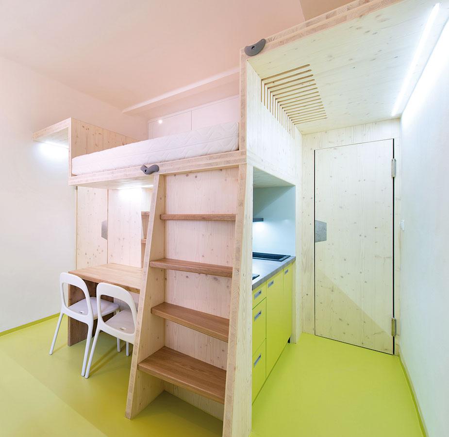 """Nábytkové jadrá. Spojenie kúpeľne, kuchyne, pracovne, spálne alebo akejkoľvek """"miestnosti"""" pomocou zkaždej strany tvarovaného nábytkového bloku je pomerne častá záležitosť. Takéto riešenia sú hravé arealizovateľné takmer vkaždom priestore."""