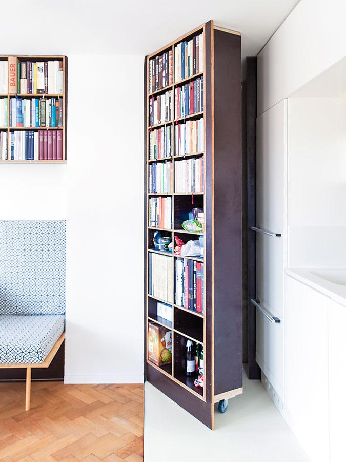 Za knižnicou je ukrytá komora, do ktorej majiteľ odkladá napríklad nevyhnutnosti potrebné na upratovanie.