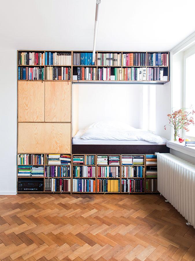 Zasunuté dvojlôžko vytvára dojem samostatnej miestnosti. Vpriestore sním sa nachádza aj okno, ktoré tento pocit ešte väčšmi umocňuje azároveň ponúka výhľad na celú Prahu.