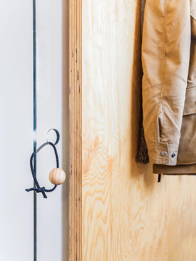 Architektka sa vrámci návrhu vyhrala aj srôznymi detailmi, napríklad vtipnými úchytkami. Zo sklenených dverí vedúcich do šatníka pretŕča po zasunutí len drevená guľôčka, ktorá je upevnená na pevnejšom motúze.