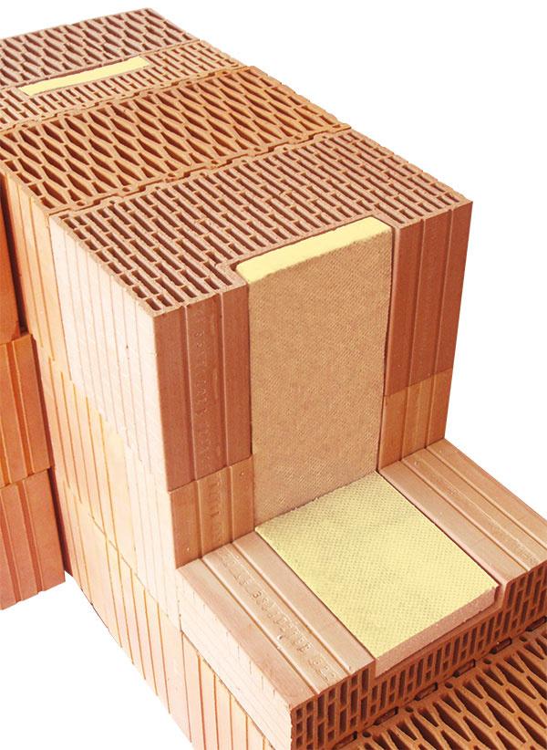 Okvalitné detaily murovanej stavby sa starajú tzv. systémové doplnky. Nové generácie brúsených tehál zahŕňajú doplnkové tehly určené napríklad na správne zhotovenie rohov, ostení čiparapetov, ktoré vcitlivých detailoch eliminujú tepelné mosty auľahčujú realizáciu. (Ostenie aparapet systému Porotherm Profi vyplnené extrudovaným polystyrénom. foto: Wienerberger)