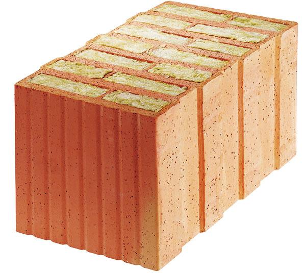 Sizoláciou vo vnútri. Presné tehlové bloky Porotherm Profi (Wienerberger) sú vyplnené minerálnou vlnou – tvarovky shrúbkou 44 cm obsahujú minerálnu izoláciu hrubú 28 cm, vďaka čomu dosahujú U