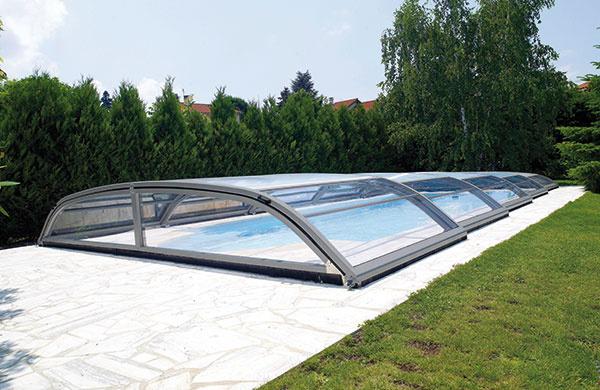 Zastrešenie bazéna predstavuje nákladnejšiu položku, sjeho aplikáciou sa však odporúča do budúcnosti počítať – spevnená plocha okolo bazéna by mala byť dostatočne široká, aby sa naň dalo vybrané zastrešenie inštalovať.