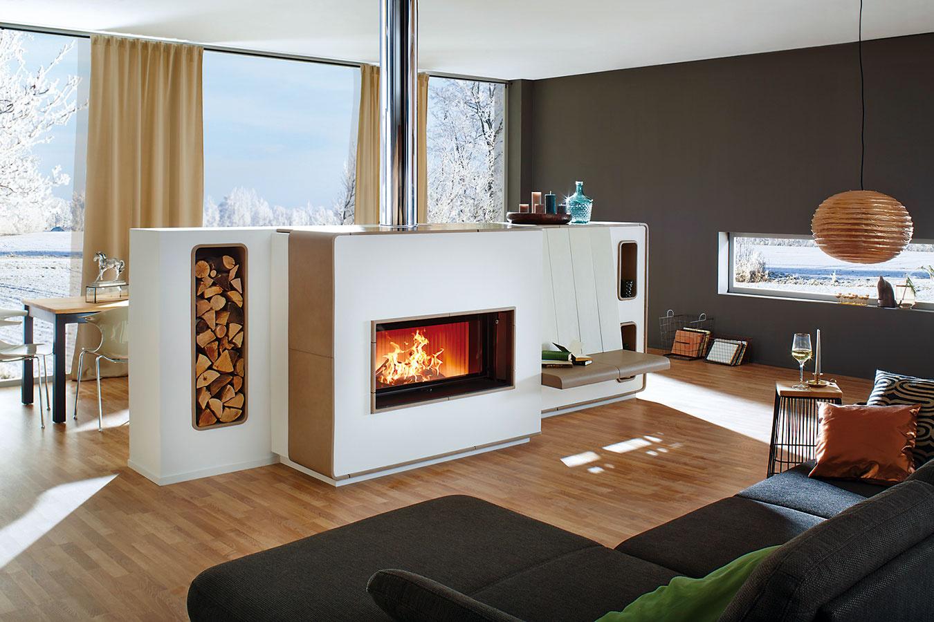 Rozdeľte priestor kachľovou pecou anechajte teplo, nech sa šíri rovnomerne do celého interiéru. Zatiaľ čo veľké moderné zasklené dvierka ponúkajú nerušený pohľad na oheň, ladné krivky keramického obloženia podčiarkujú jedinečný dizajn pece. (Technológia BRUNNER, ohnisko GOF 99/42, dvierka GOT 45/10, keramika KAUFMANN. Autorizovaný importér pre Slovensko J&R Inspire, www.inspire.sk)