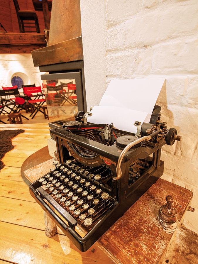 Nielen starý písací stroj, ale aj gramofón, kožené kreslá apohovka, komoda či množstvo kníh dotvárajú atmosféru ako vbyte bohatého spisovateľa – presne takú, akú si vyžaduje hra.