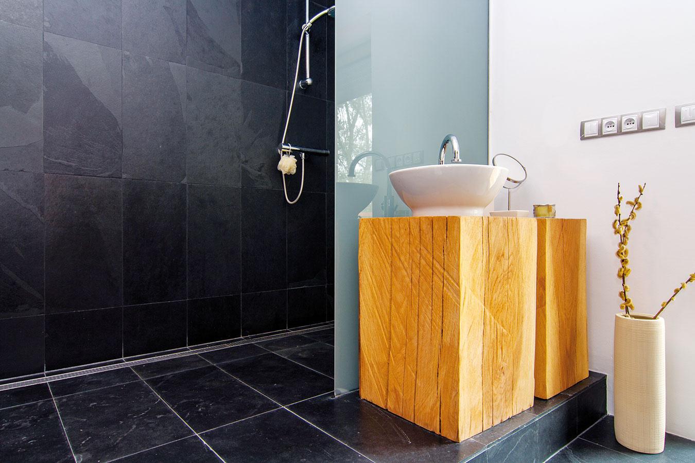 VZADNOM TRAKTE domu umiestnili atypickú kúpeľňu sdizajnovým umývadlom na drevenej nohe.