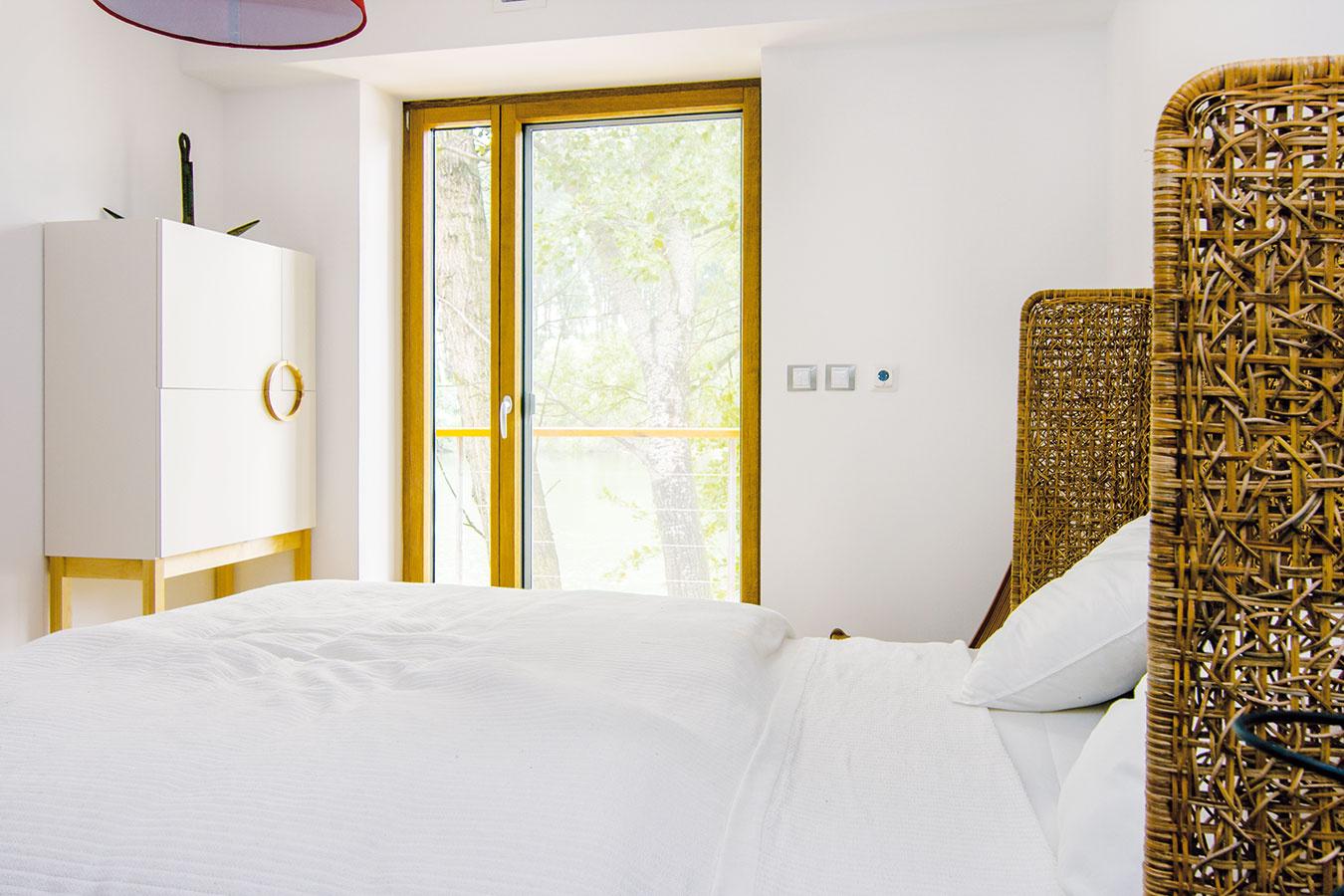 """""""TRI SPÁLNE zatiaľ slúžia ako hosťovské izby. Exteriér aani interiér sa nezaťažoval prvkami navyše. Kompozíciu som navrhla pre potreby tejto rodiny, ktorá uprednostňuje rodinný ispoločenský život votvorenom priestore spojenom svonkajším prostredím,"""" hovorí architektka."""