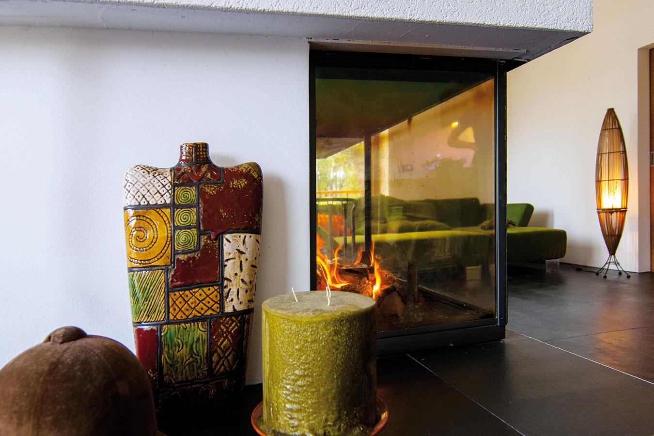 Teplo sa privádza kozubom apodlahovým kúrením, ktoré nenarúša vzhľad interiéru.